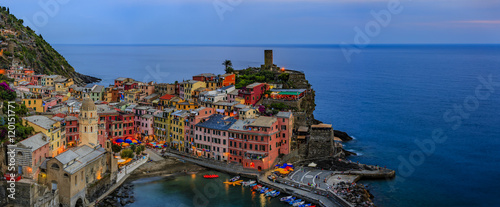 Photographie  Night view from hill of Vernazza houses with lit light and blue sea, one of Cinq
