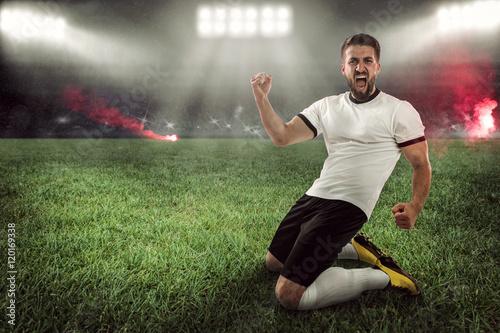 Gefeierter Fußballspieler im Stadion mit Feuerwerk,