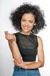 kobieta z afro, patrzy w obiektyw, uśmiechnięta, kręcone włosy