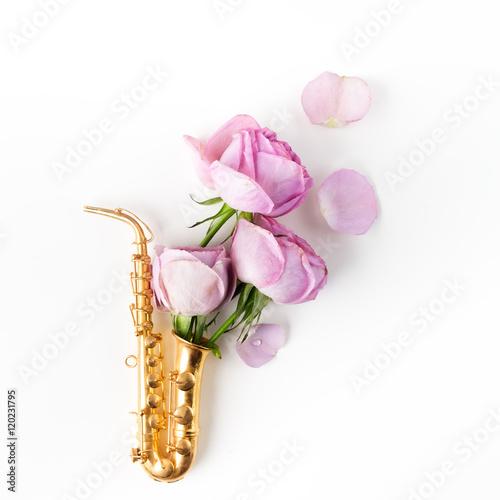 Zdjęcie XXL Dzień Jazzu. Saksofon z kwiatami. Płaski lay, widok z góry