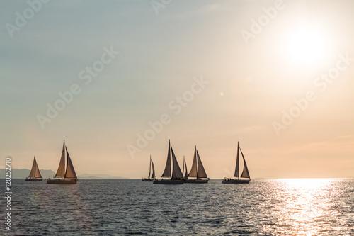 Deurstickers Zeilen żeglowanie na morzu podczas zachodu słońca