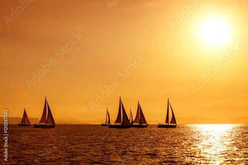Staande foto Zeilen żeglowanie na morzu podczas zachodu słońca