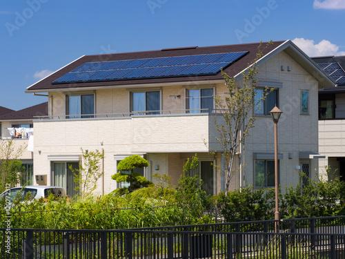 Staande foto Industrial geb. ソーラーパネルを設置した住宅