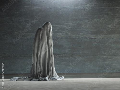 Fotografía  Figure hunched over under cloth