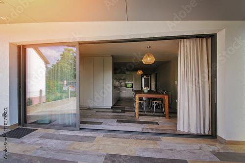 Photo  terrasse maison donnant sur la salle à manger