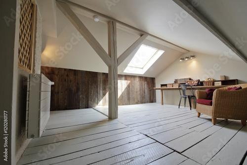 Fotografie, Obraz grenier aménagé en bureau avec fenêtre de toit