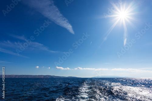 Photo  Rejs jachtem po morzu w błękitach nieba i pięknym słońcu
