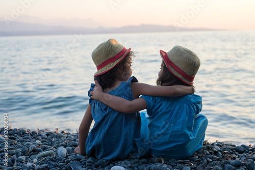 petites filles bras dessus bras dessous assises… d569df35588