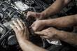 Taller mecánico reparando motor a diesel. Reparación de vehículos. Revisión y mantenimiento del coche.