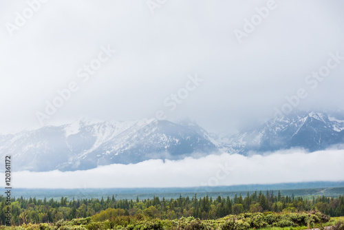 Photo  Grand Teton mountains covered with fog and clouds