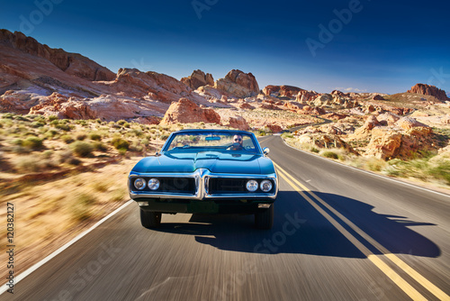 Fotografia, Obraz  guy driving cool vintage car through nevada desert