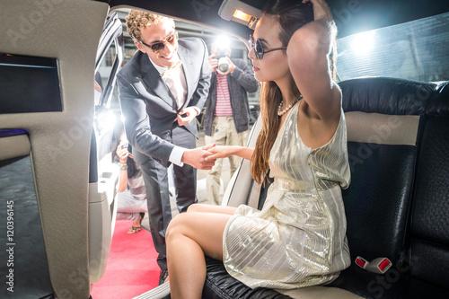 Paparazzi fotografuje celebrytę, który pomaga swojej dziewczynie