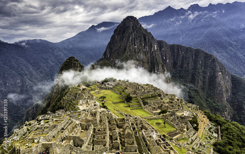 Photo Ruins of Machu Picchu and Huayna Picchu covered by mystical cloud