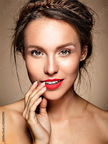 Photo  portrait of beautiful woman model with fresh daily makeup and red lips and healt