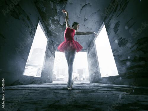Ballerina in verlassenem Gebäude. Fototapete