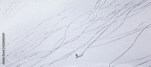 Fotografía  Panoramic view on snowboarder downhill on off piste slope with n