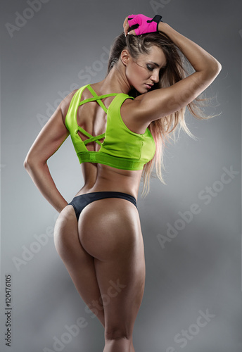 Zdjęcie XXL Ładna seksowna sprawności fizycznej kobieta pokazuje pośladki, tylny pozować