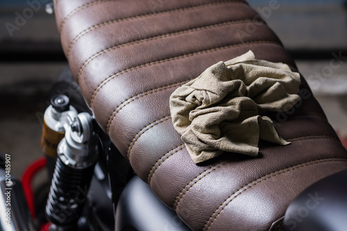 Fotografía Motorcycles detailing series : Chamois cloth on vintage motorcycle seat