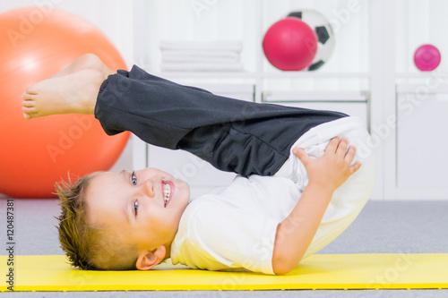 Foto op Plexiglas Fitness kleiner junge beim turnen