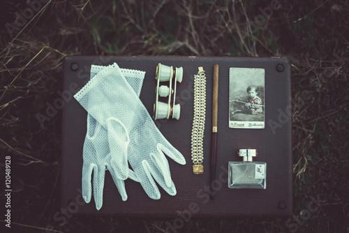 Fotografía  Beautiful set of women's wedding accessories -gloves, binoculars