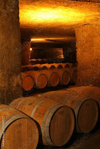 Fotografía Wine barrels in cellar.