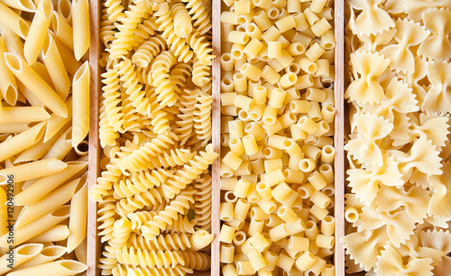 Fotografía  Various types of dry pasta of different shapes