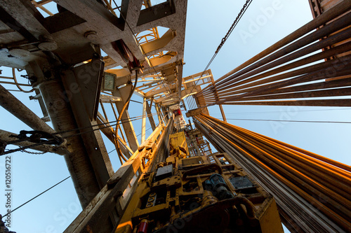 Fotografia  Oil derrick. View from the drilling floor.