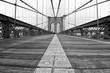 Il più famoso ponte di New York City, il Brooklyn Bridge, visto dal basso