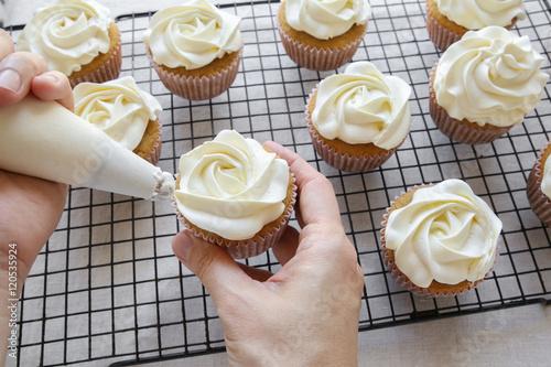 Carta da parati Piping rose flower frosting on vanilla cupcakes