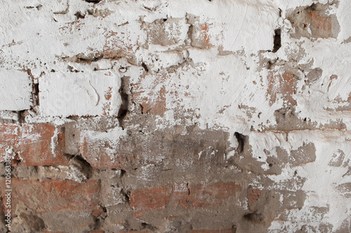 Poster Vieux mur texturé sale Old brick wall with plaster background. Fragment of outdoor side of damaged building with white and gray cement
