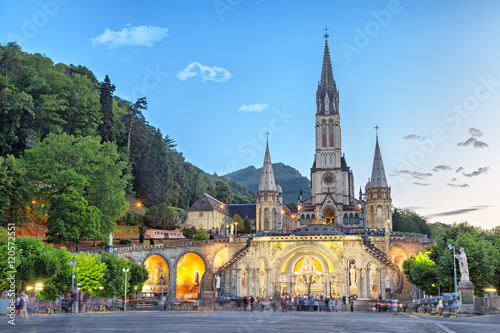 La pose en embrasure Edifice religieux Rosary Basilica in the evening in Lourdes