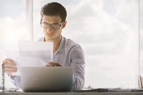 Fotografía  Man looking at business report