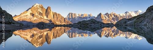 Foto op Plexiglas Panoramafoto s Panorama of Alps mountain range, sunset lights, reflection in lake