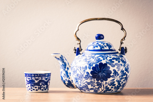 Fényképezés  still life photography : traditional chinaware teapot and tea in cup on wood tab