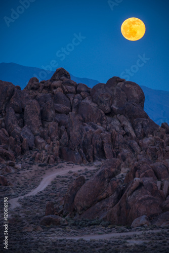 Papiers peints Colline Moon Rising over the Alabama Hills California Vertical Composition