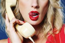 Femme Sexy Glamour Style Années 1980 Téléphonant