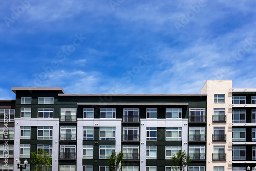 Photo Modern apartment buildings on a sunny day with a blue sky