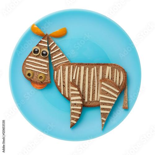 zebra-zrobiona-z-chleba-i-warzyw-na-niebieskim-talerzu