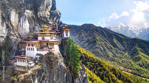Montage in der Fensternische Tempel Taktshang Goemba or Tiger's nest Temple or Tiger's nest monastery the beautiful buddhist temple.The most sacred place in Bhutan is located on the high cliff mountain with sky of Paro valley, Bhutan.