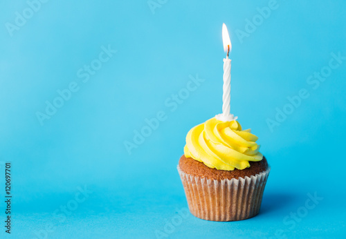 Photo  birthday cupcake with one burning candle
