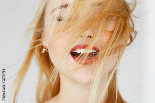 Photo Enjoying something red-haired woman, close up