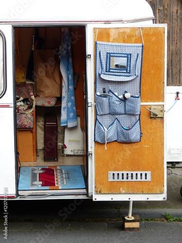 Keuken foto achterwand Route 66 Inneneinrichtung eines Wohnwagen aus den Fünfziger und Sechziger Jahren beim Oldtimertreffen in Wettenberg bei Gießen in Hessen