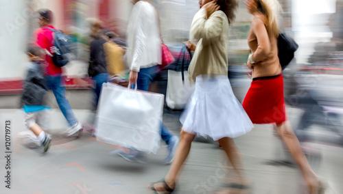 Fotografía  visit the shops in city