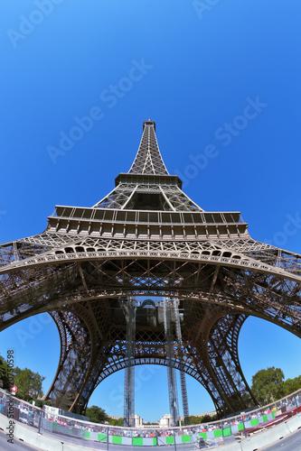 Papiers peints Paris The Eiffel Tower and bright blue sky