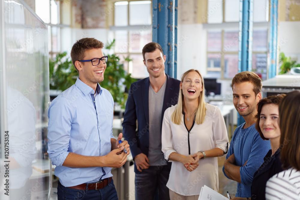 Fototapeta lachende mitarbeiter in einer besprechung im büro