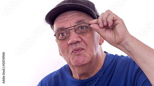 portrait homme âgé qui ajuste ses lunettes Canvas Print