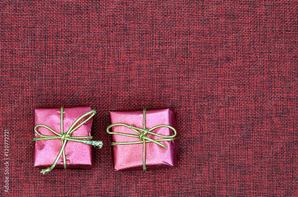 Rote Päckchen / zwei Päckchen, klein, rot, metallisch, auf Leinwand ...