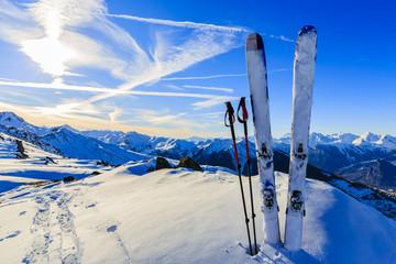 Skijanje u zimskoj sezoni, planine i oprema za turno skijanje na th