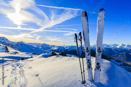 Montage in der Fensternische Dunkelblau Ski in winter season, mountains and ski touring equipments on th