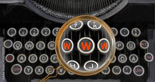 Photo Anachronismus WWW auf  Tastatur einer antiken Schreibmaschine  gefunden mit eine